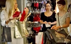 Nina assume roubo no lugar de Carminha para conquistar a confiança dela