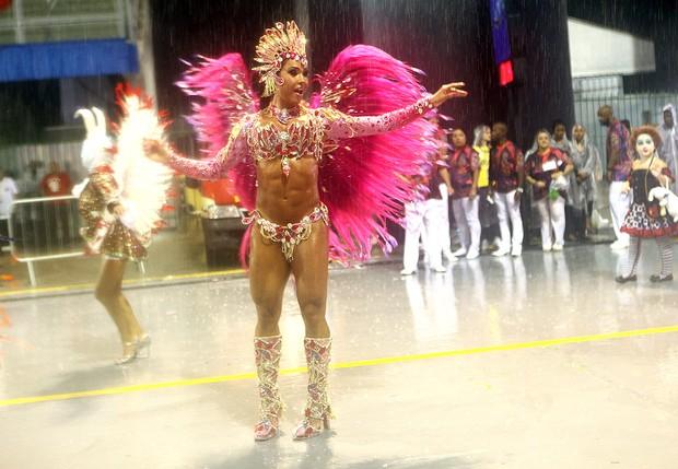 Gracyanne Barbosa na avenida (Foto: Iwi Onodera/EGO)