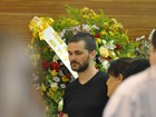 Ao lado da família, ex-BBB Daniel Gevaerd vela corpo da irmã no MS