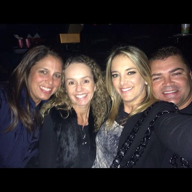 Ticiane Pinheiro com amigos em cinema em São Paulo (Foto: Instagram/ Reprodução)
