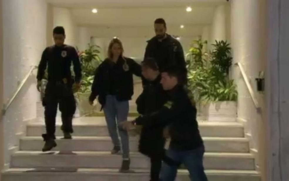 Homem é levado coercitivamente para a sede da Polícia Federal para prestar esclarecimentos (Foto: Reprodução / TV Globo)