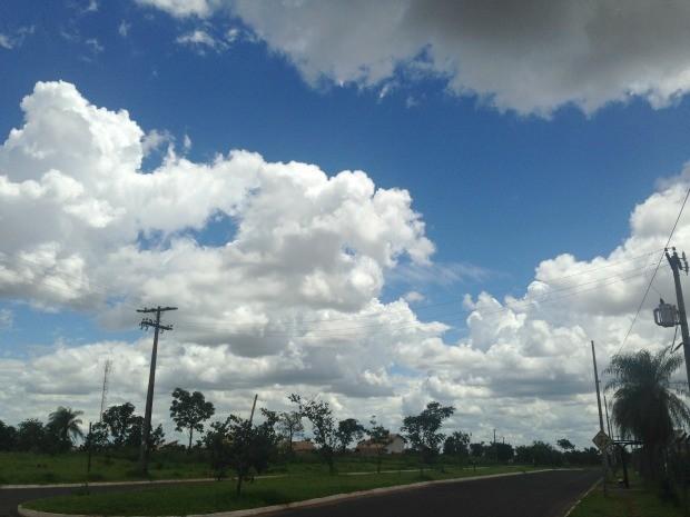 Céu de Campo Grande na tarde desta segunda-feira (24) (Foto: Adriel Mattos/G1 MS)