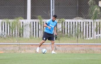 Maicon faz recuperação no campo e dá primeiros toques na bola; assista