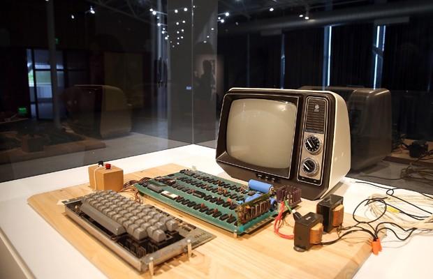 Um dos primeiros computadores construídos pela dupla Steve Jobs e Steve Wozniak, um Apple-1 foi a leilão nesta segunda-feira (24). (Foto: Justin Sullivan/France Press)