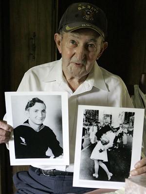 Glenn McDuffie posa em 2007 com fotos da época em que serviu na Marinha dos EUA e do famoso beijo (Foto: Pat Sullivan/AP/Arquivo)