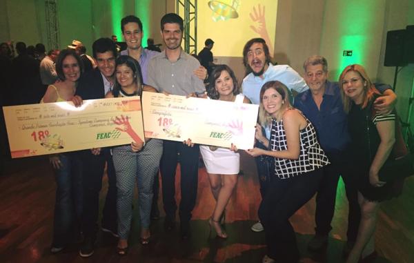 Vitor (segundo, à esquerda), celebrando os prêmios entre a equipe do Mais Caminhos. (Foto: Divulgação)
