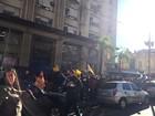 Servidores municipais protestam e bloqueiam rua em Porto Alegre