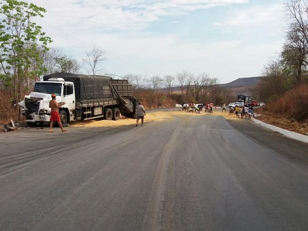 Via ficou interditada até 6h após acidente (Foto: Blog do Sigi Vilares)
