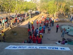 Manifestantes usam faixa com frase contra os pedidos de intervenção militar (Foto: Mariana Ferreira/G1)