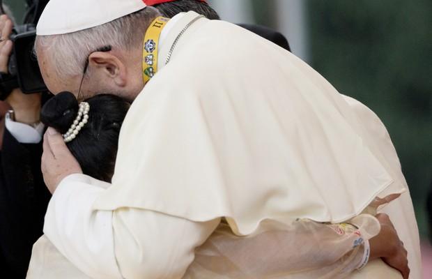 Papa Francisco abraça ex-menina de rua em Manila, Filipinas. Relato da menina levou o papa às lagrimas (Foto: Alessandra Tarantino/AP)
