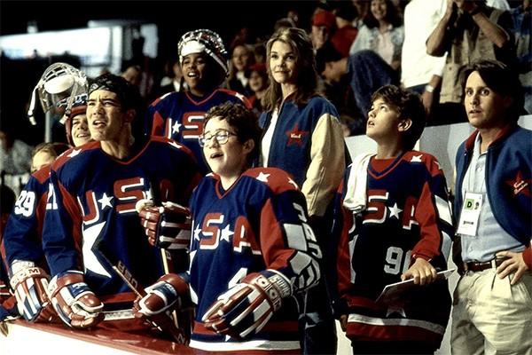 Em 1994, Emilio Estevez interpretou o treinador da equipe junior de hockey dos Estados Unidos em 'Nós Somos os Campeõs 2'. (Foto: Divulgação)