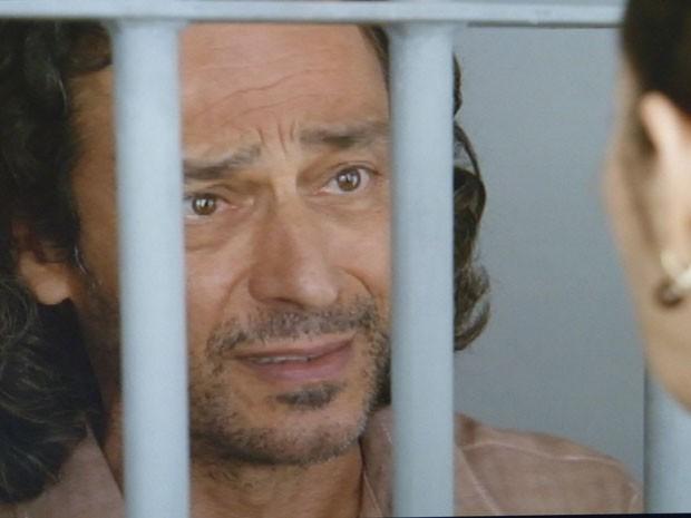 Donato se lembra que era Hélio quem dirigia a caminhonete (Foto: Flor do Caribe/TV Globo)