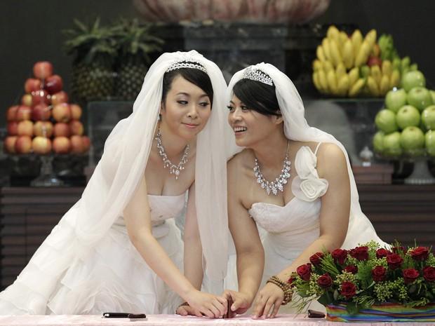You Ya-ting (à esquerda) e Huang Mei-yu durante a cerimônia budista (Foto: Reuters)