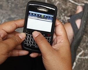 Usuário mexe em smartphone BlackBerry (Foto: Enny Nuraheni/Reuters)