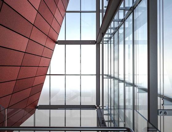 Interior do Instituto Moreira Salles. A torre de vidro pretende ser uma continuação da calçada da Avenida Paulista (Foto: Divulgação)