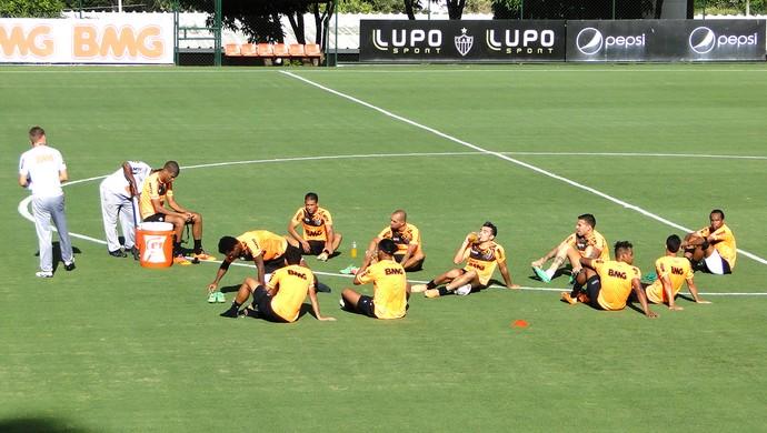 jogadores no treino do Atlético-MG (Foto: Mauricio Paulucci)