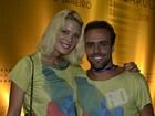 Roger Flores vai com a namorada a desfile de carnaval no Rio