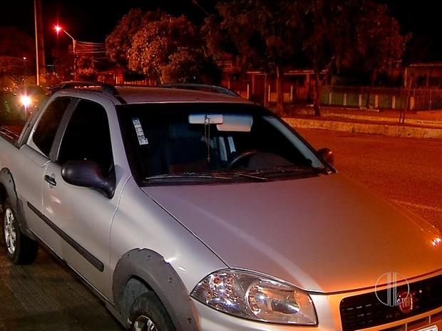 Carro roubado foi encontrado na praia do Meio, na Zona Leste de Natal (Foto: Reprodução/Inter TV Cabugi)