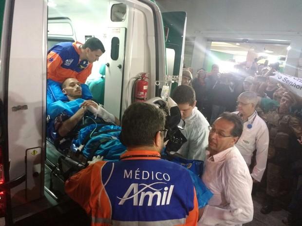 Familiares e torcedores receberam Neto na porta do hospital (Foto: Marcelo Siqueira/RBSTV)