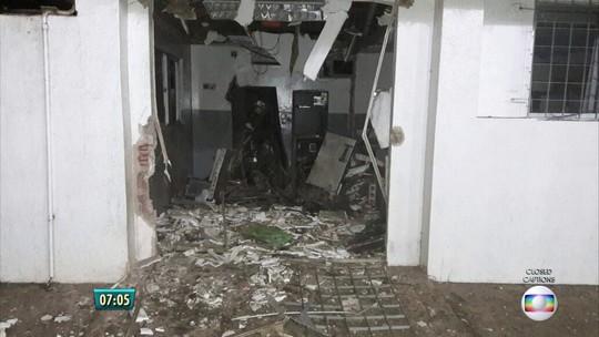 Ação contra caixas eletrônicos tem grampos na pista e carro incendiado em Sirinhaém, PE