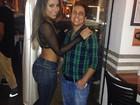 Namorada de Thammy chama atenção com cinturinha em festa