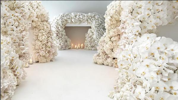 A decoração levou mais de um milhão de flores (Foto: Reprodução/Instagram)