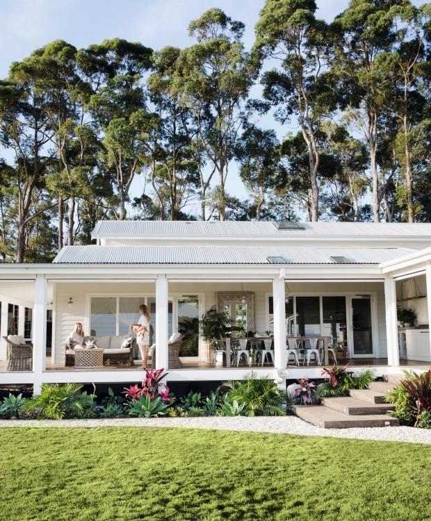 Área externa. Kenya e Dakota curtem a varanda com Olive, o mascote da família. Repare que a casa é elevada em relação ao solo e que a parte debaixo é preenchida com diversas plantas (Foto: Chris Warnes Warnes & Walton / Living Inside)
