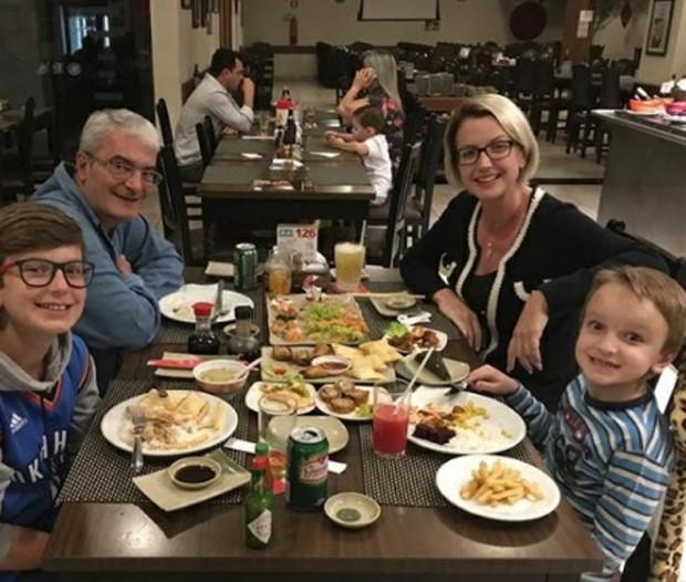 Alessandra Scatena com o marido e os filhos (Foto: Reprodução/Instagram)