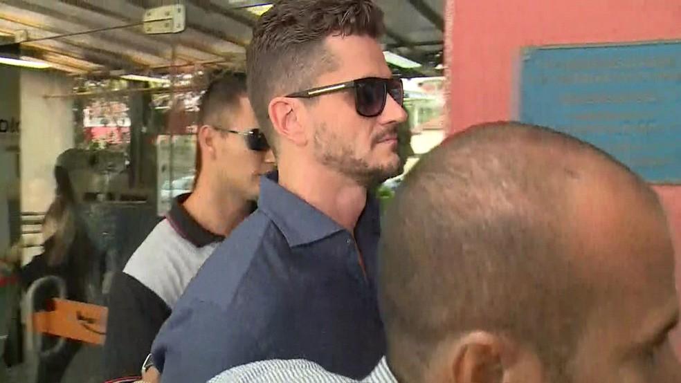 Ex-BBB Marcos Harter na Delegacia da Mulher (Deam) de Jacarepaguá (Foto: Gabriel Mira / TV Globo)