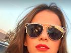 Bruna Marquezine posa de óculos e fãs apontam reflexo de Neymar