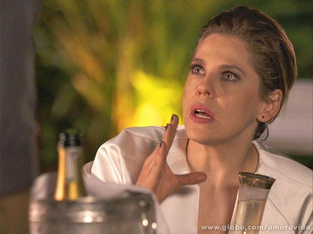 Edith fica tensa - até por medo da reação de Wagner (Foto: Amor à Vida/TV Globo)