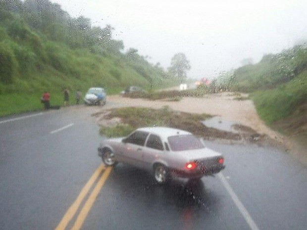 Pista da SP-342 ficou bloqueada após barranco desmoronar em Águas da Prata (Foto: Fala São João)