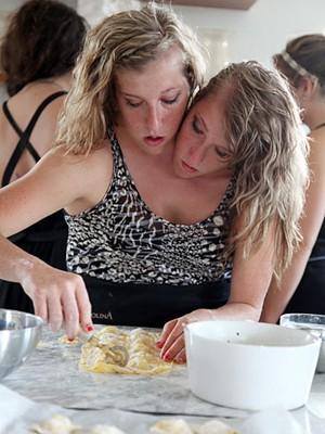 Abby e Brittany Hensel preparam massa caseira em Veneza em cena do novo programa do canal TLC (Foto: Divulgação/TLC)