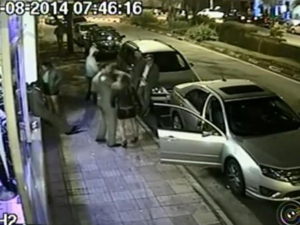 Fernanda foi agredida com uma forte cotovelada na frente de clube (Foto: Reprodução/TV TEM)