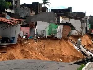 Casas próximas à cretera aberta na rua Guanabara podem desmoronar em Mãe Luíza; Prefeitura de Natal pretende demolir residências ameaçadas (Foto: Camila Torres/Inter TV Cabugi)