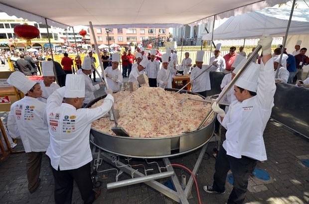 Além de entrar para o Guinness, a tentativa serviu para celebrar o Ano Novo chinês (Foto: Ezequiel Becerra/AFP)