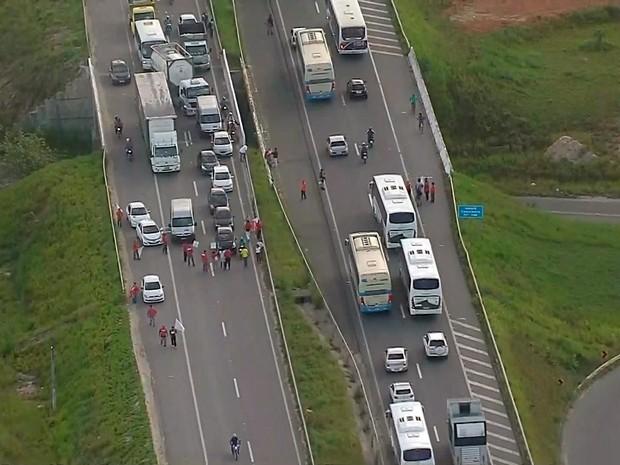 Trânsito está congestionado na Via Parafuso (Foto: Reprodução/TV Bahia)