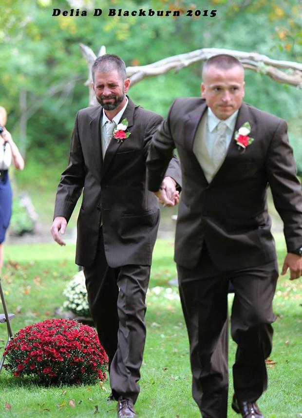 Pai biológico buscou padrasto para que ele a ajudasse a conduzir a noiva até o altar nos Estados Unidos (Foto: Delia D. Blackburn)