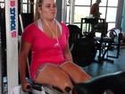 Ex-BBB Paulinha 'sofre' na academia ao malhar as pernas