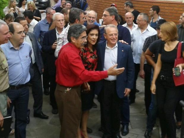 Acomnhado de Olívido Dutra, Tarso chega à plenária que definiu anúncio (Foto: Guilherme Gomes/Palácio Piratini)
