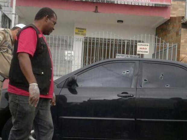 Marcas dos disparos no carro do advogado estacionado em frente ao escreitório dele (Foto: Jailton Santana / VC no G1)