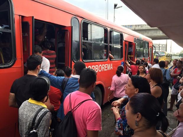 Ônibus circulam normalmente na manhã desta quarta (5) (Foto: Pedro Lins / TV Globo)