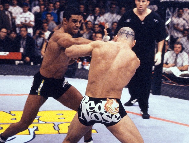 Vitor Belfort acerta série de socos em Wanderlei Silva no Ultimate Brazil 1998 (Foto: Getty Images)