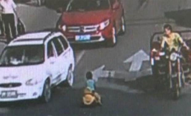Menino andou com carro de brinquedo em via movimentada na China (Foto: CCTV)
