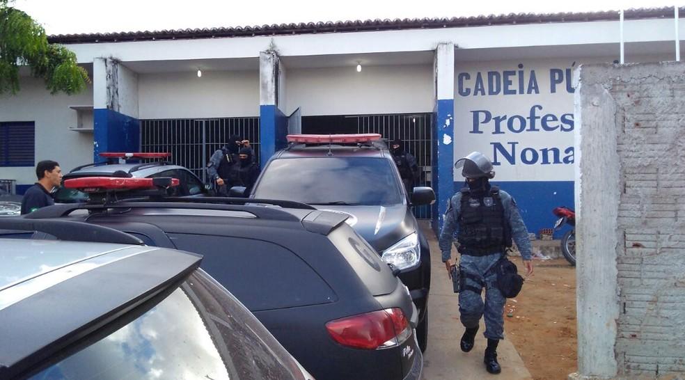 Policiais em frente ao presídio Raimundo Nonato, no Rio Grande do Norte (Foto: Maksuel Figueiredo/Inter TV Cabugi)