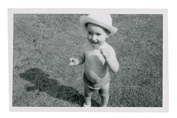 Stephen Jones' biography is filled with intimate, personal photographs, such as this family snap of Stephen as a toddler - already showing an affinity for hats! (Foto: COURTESY OF STEPHEN JONES)