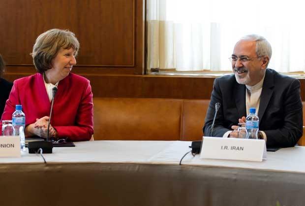 Chefe de política externa da UE, Catherine Ashton, fala com o ministro iraniano das Relações Exteriores Mohammad Javad Zarif  nesta quinta-feira (7) (Foto: Fabrice Coffrini/ AFP)