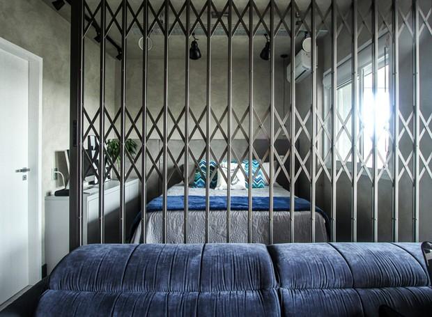Quarto | Para deixar o lar com mais cara de loft e integrar completamente os ambientes, as paredes foram quase todas derrubadas. Para separar a sala do quarto, a ideia foi instalar uma porta pantográfica metálica  (Foto: André Laiza/Divulgação)