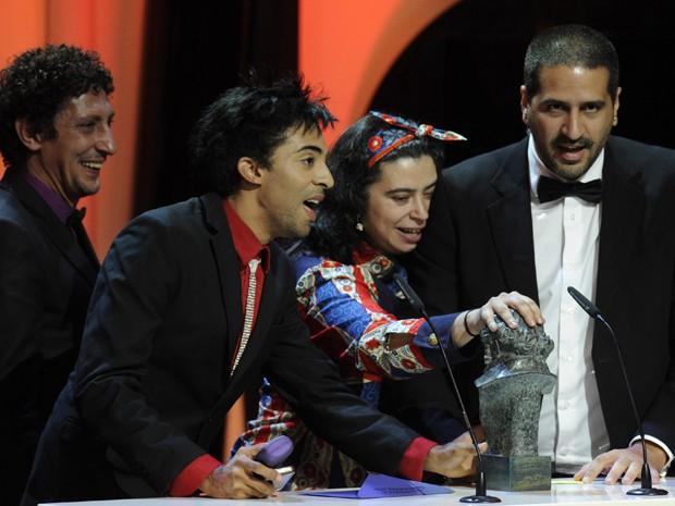 Diretor cubano Alejandro Brugues (à dir.) e elenco do longa 'Juan de los muertos' discursam após vencerem prêmio de melhor filme ibero-americano no Goya (Foto: Eduardo Dieguez/AFP)