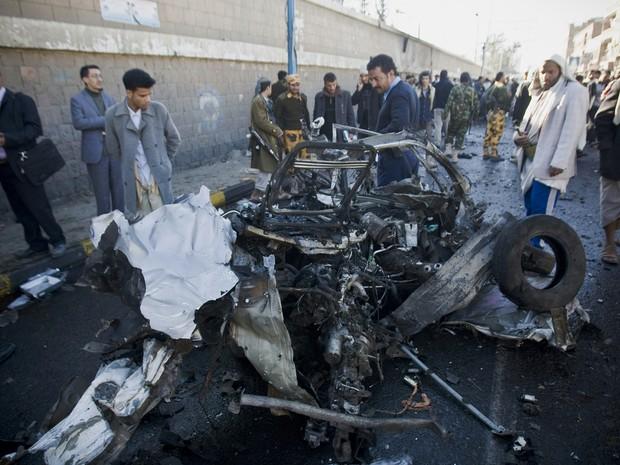 Veículo explodiu perto da sede da academia de polícia em Sanaa, no Iêmen, nesta quarta-feira (7) (Foto: AP)
